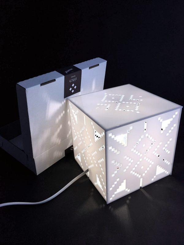 X stitch design asztali lámpa felkapcsolva